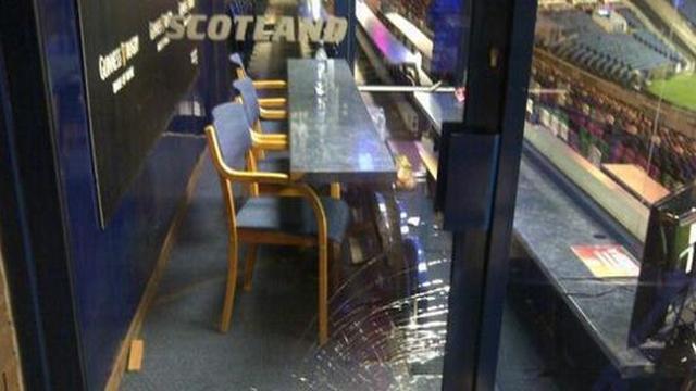 PHOTO. 6 Nations : Frustré par la défaite, un coach de l'Ecosse casse une vitre du stade
