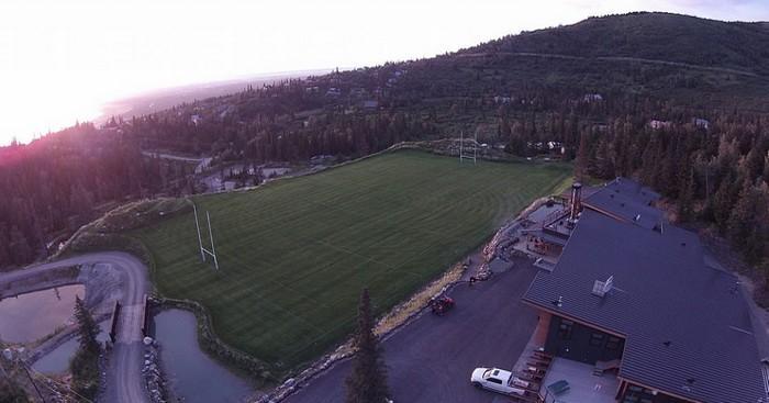 VIDÉO. L'Alaska Mountain Rugby, son incroyable club house, son terrain aux en-buts aléatoires et son tournoi de Seven