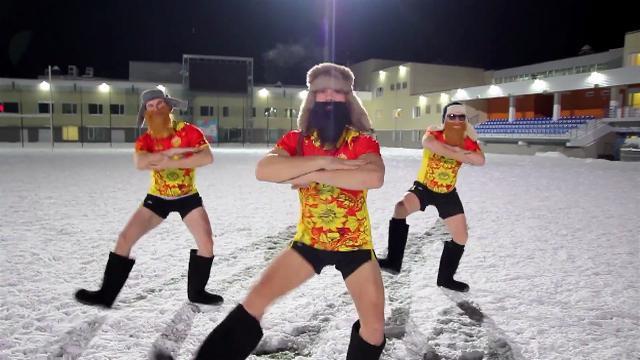 VIDEO. Des pères Noël russes complètement givrés testent le rugby sous la neige
