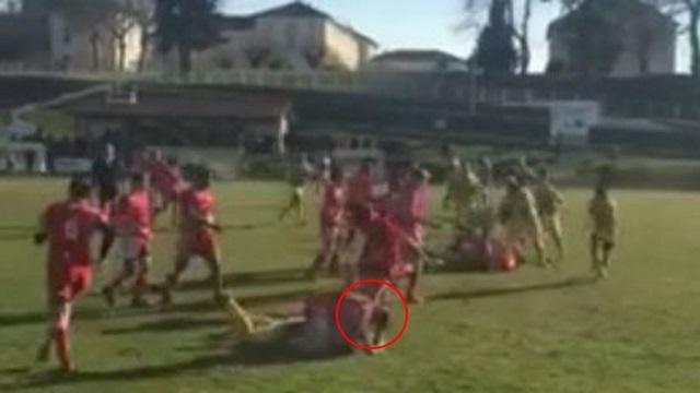 VIDEO. Un Junior de l'UA Côtoise agresse un joueur retenu au sol de quatre coups de pied dans le visage