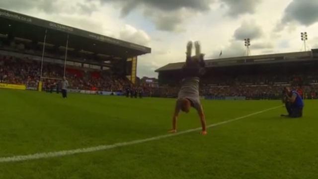 VIDEO. Andrew Henderson champion du monde de freestyle, fait l'amour à un ballon de rugby
