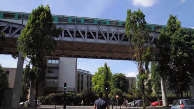 VIDEO. INSOLITE. L'ancien bleuet Aristide Barraud investit les rues de Paris avec du rugby freestyle