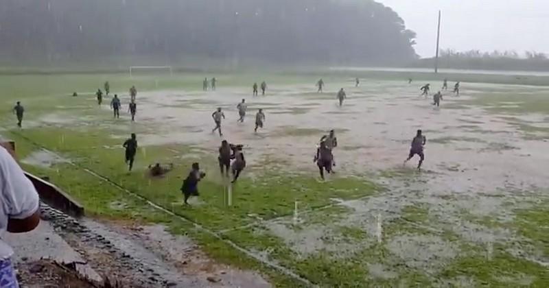 Avant le cyclone Yasa, de jeunes Fidjiens défient les éléments pour jouer au rugby [VIDEO]