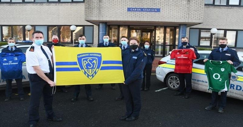 Avec un drapeau de Clermont, des policiers irlandais rendent hommage aux 3 gendarmes tués