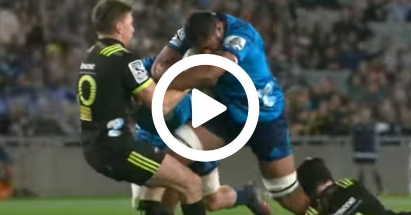 Super Rugby - Beauden Barrett joue les culbutos sur la charge de Tuipulotu ! [VIDÉO]