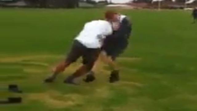 VIDEO. Bébé Opeti Fonua charge à l'épaule un Paul O'Connell miniature et l'aplatit au sol