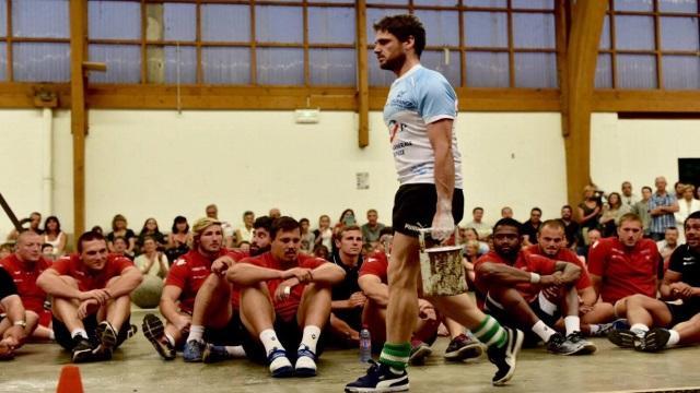 VIDEO. INSOLITE : quand un champion de force basque défie le Biarritz Olympique avec un maillot de l'Aviron Bayonnais