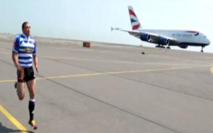 VIDEO. Bryan Habana défie un A380 à la course