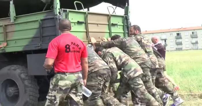 VIDEO. Pousser un camion de 11 tonnes, sauter d'un pont et secourir un coéquipier, les Castrais passent en mode commando