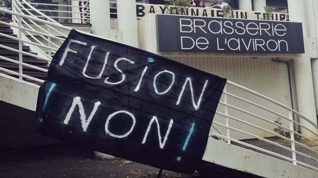 VIDEO. Top 14/Pro D2. Des centaines de supporters de Bayonne mobilisés contre la fusion avec Biarritz