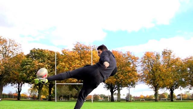 VIDEO. Des footballeurs freestyle font ce qu'ils veulent avec un ballon de rugby