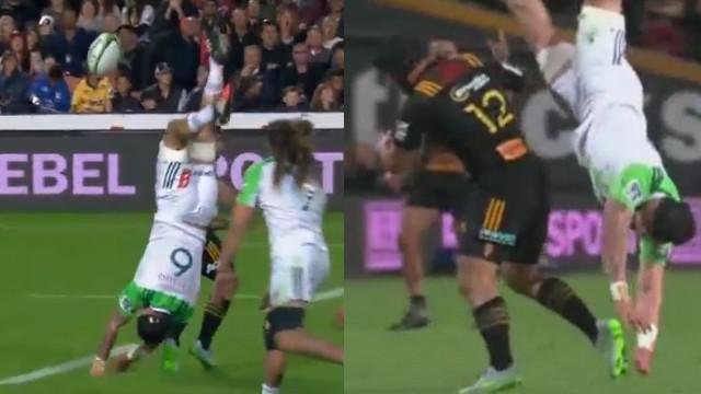 VIDEO. Super Rugby. Le 3e Elliott Dixon évite le pire après le plaquage dangereux de Charlie Ngatai