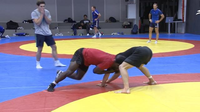 VIDEO. Entre lutte et décathlon sauce seven, l'équipe de France se prépare pour les JO