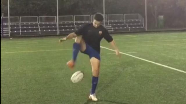 VIDEO. Rugby amateur #38 : Un joueur du FC Barcelone jongle avec un ballon de rugby et l'envoie entre les perches