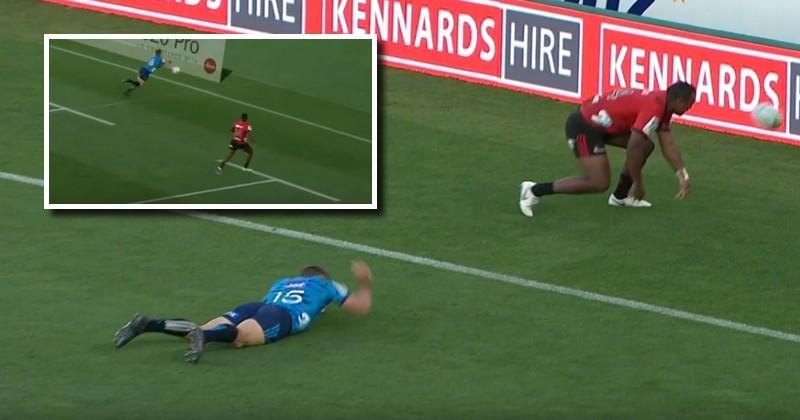Super Rugby - Hall a dégoutté l'arrière adverse d'une passe au pied millimétrée