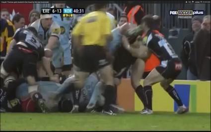 Un joueur d'Exeter prend un coup de crampon dans la tronche