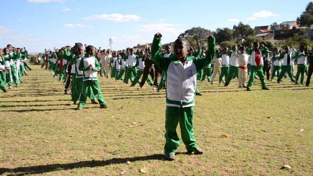VIDEO. Cinq étudiants et rugbymen d'HEC à Madagascar pour une mission humanitaire pas comme les autres