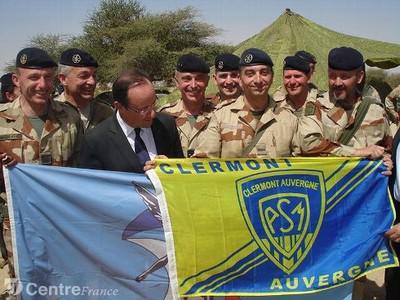 François Hollande pose avec un drapeau de l'ASM