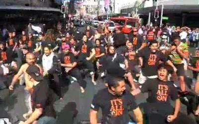 Impressionnant ! Un Flash Mob Haka au centre d'Auckland