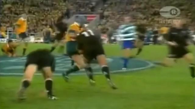 VIDEO. FLASHBACK. 2000. Le 3e ligne australien David Wilson tombe sur un mur nommé Jonah Lomu