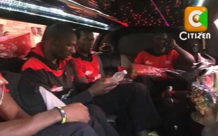 Les joueurs kényans dans une énorme limousine pour fêter les résultats du Seven