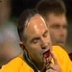 L'arbitre obligé de sortir la bouche en sang après un coup de tête de Capo Ortega