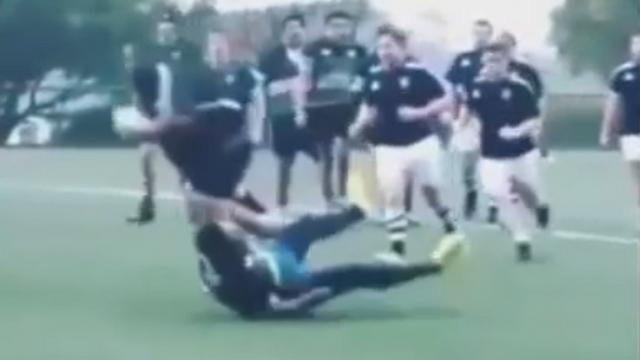 VIDEO. INSOLITE. Un rugbyman géant marche sur son adversaire avec une charge monstrueuse