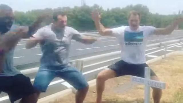 VIDEO. L'hommage intense des anciens All Blacks à Jerry Collins avec un haka sur le lieu de l'accident
