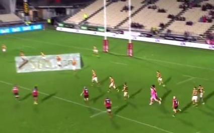 VIDEO. Le superbe double coup de pied transversale de Tyler Bleyendaal pour l'essai de Canterbury