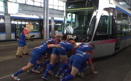 VIDEO. Les avants du FC Grenoble défient... un tramway