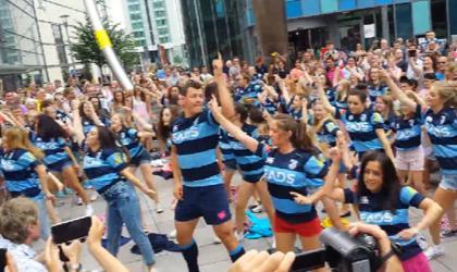 Les Cardiff Blues organisent une flash mob pour présenter leur nouveau maillot