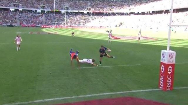 VIDEO. INSOLITE - Rugby à 7 : le vol plané de l'arbitre pour éviter un joueur