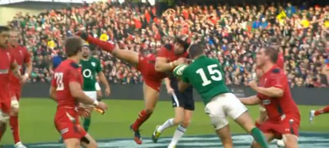 VIDÉO. Irlande - Pays de Galles : Leigh Halfpenny et Rob Kearney captent le ballon en l'air en même temps