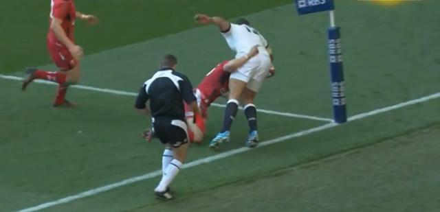 VIDÉO. Angleterre - Pays de Galles : Leigh Halfpenny se sacrifie pour empêcher Luther Burrell de marquer l'essai