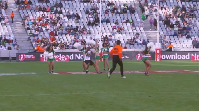VIDEO. Cape Town 7s - L'entrée d'un streaker prend une tournure inattendue...quand il se met à danser