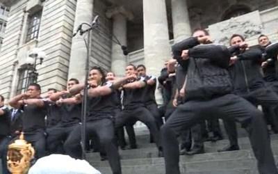 Les All Blacks font le Haka sur les marches du parlement