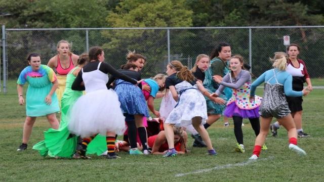 VIDEO. INSOLITE : aux Etats-Unis, le rugby féminin peut se jouer... en robe de soirée
