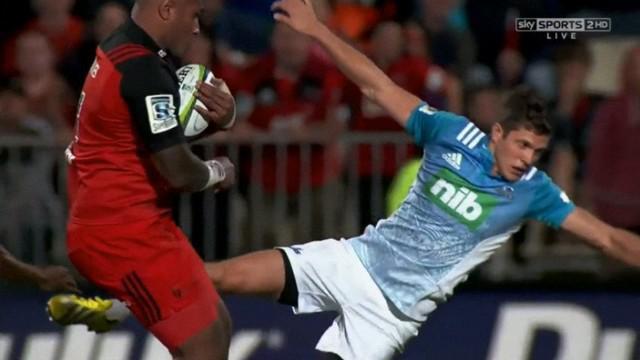 VIDEO. Super Rugby. Nemani Nadolo se venge en faisant voltiger Matt Duffie avec un énorme bouchon