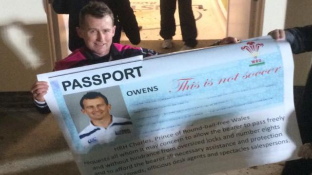 INSOLITE. Nigel Owens bloqué à l'aéroport pour un problème de passeport et chambré par les fans du Leinster