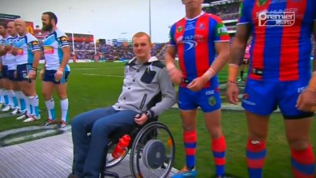 VIDÉO. NRL : Les Knights et les Titans rendent hommage à Alex McKinnon, paralysé en mars dernier