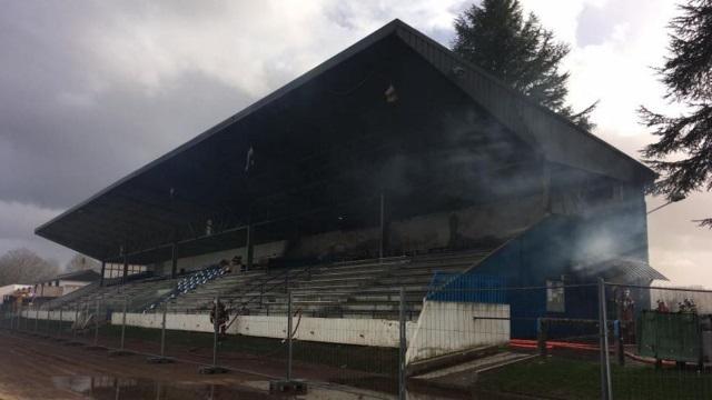 Fédérale 1 - FC Oloron : un incendie détruit la tribune principale du stade Saint-Pée