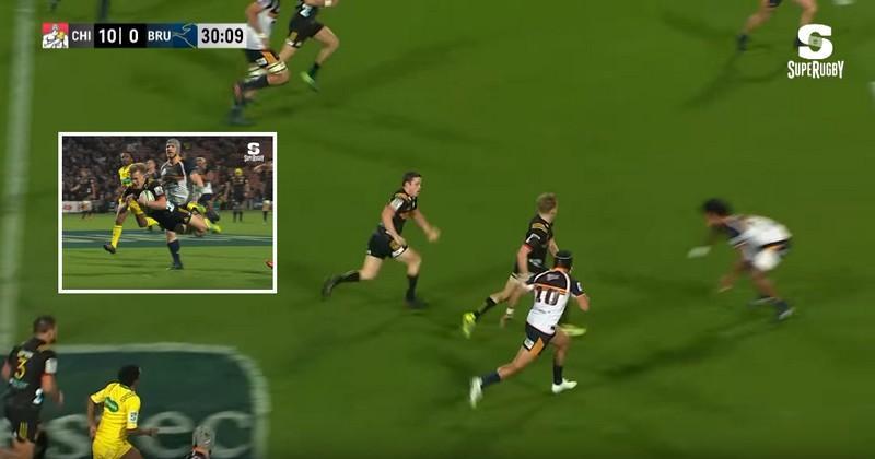 VIDÉO. Super Rugby. Passe dans le dos, replacement et prise d'intervalle, le récital de Damian McKenzie