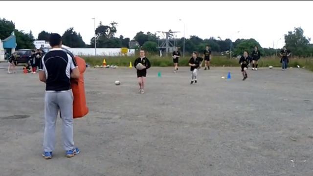 VIDEO. Privés de terrain, les rugbymen de Quintin s'entraînent sur un parking