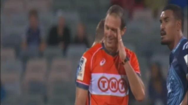 VIDEO. Super Rugby - Quand l'arbitre détourne le regard pour ne pas revoir l'horrible passe de Ma'a Nonu