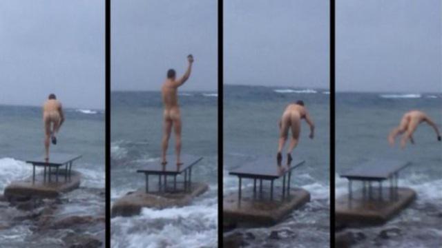 PHOTO. RCT - Matt Giteau se baigne nu dans la Méditerranée après un pari perdu