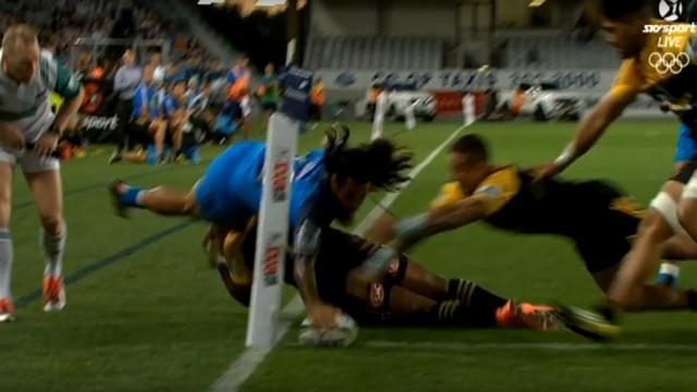 VIDEO. Super Rugby. Rene Ranger s'envole au-dessus de Julian Savea pour un superbe essai en coin