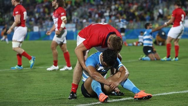 PHOTOS. Rugby à 7. Le beau moment de respect entre Britanniques et Argentins après un match fou