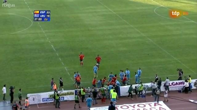 VIDÉO. De beaux essais, des coups de poing et des cartons rouges entre l'Espagne et l'Uruguay
