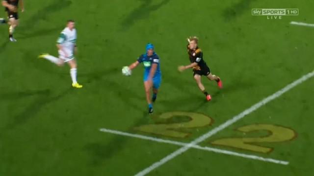 VIDEO. Super Rugby. Damian McKenzie termine dans les tribunes après une énorme feinte du talonneur des Blues