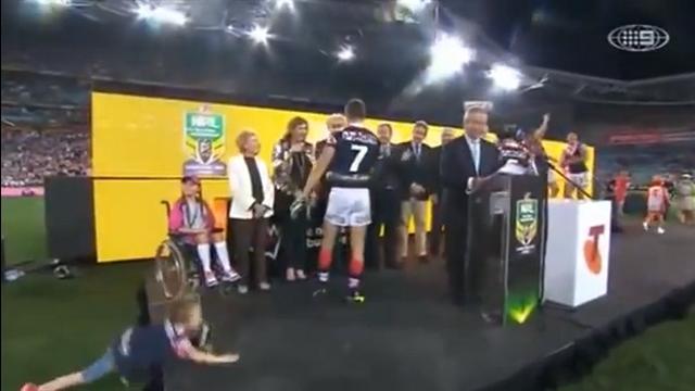 VIDEO. Rugby à XIII : Un gamin puni après avoir fait l'idiot lors de la remise du trophée de la NRL
